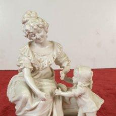 Antigüedades: MADRE CON SU BEBE. ESCULTURA EN PORCELANA. BISCUIT. ALEMANIA. SIGLO XX. . Lote 192522481