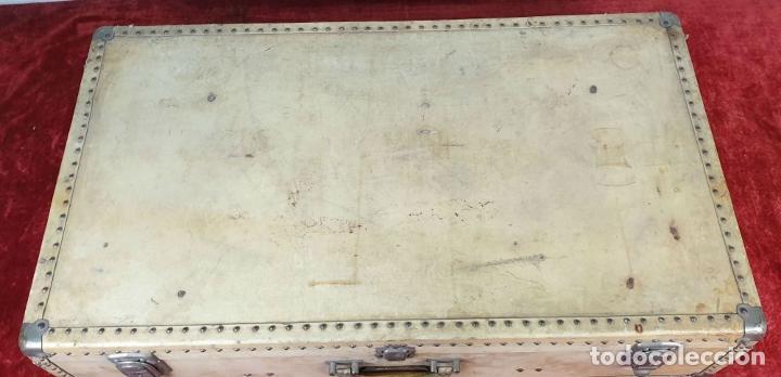 Antigüedades: MALETA DE VIAJE. MADERA FORRADA DE PIEL. CIERRES Y REMATES EN METAL. SIGLO XX. - Foto 2 - 192524371
