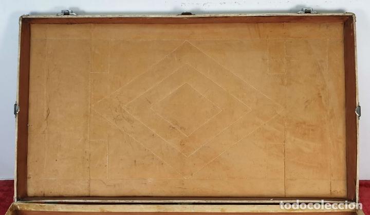 Antigüedades: MALETA DE VIAJE. MADERA FORRADA DE PIEL. CIERRES Y REMATES EN METAL. SIGLO XX. - Foto 8 - 192524371