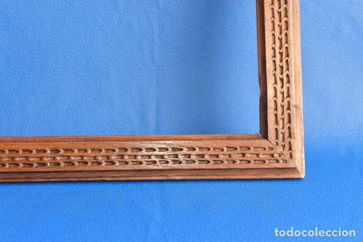 Antigüedades: MARCO DE CASTAÑO TALLADO DE 32 POR 28 CM Y 3,5 DE ANCHO Y 2 CM DE GROSOS - Foto 4 - 192561712