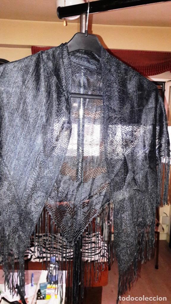 MANTILLA NEGRA DE ENCAJE FLORAL CON FLECOS - AÑOS 40 APROX.- IDEAL COLECCIONISTAS (Antigüedades - Moda - Mantillas)