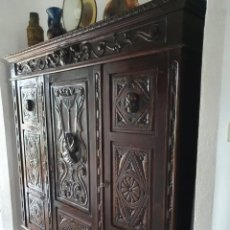 Antiquités: MUEBLE CASTELLANO CON TALLA FRONTAL ARTESANAL SOBRE MADERA NOBLE COLOR NEGRO.. Lote 192774968