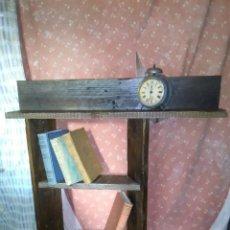 Antigüedades: ORIGINAL ESTANTERÍA HECHA A MANO, PARA COLGAR EN PARED.. Lote 192787040