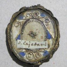 Antigüedades: RELIQUIA DE SEGUNDO GRADO DE SAN CAYETANO EN RELICARIO DE PLATA. SIGLO XVIII.. Lote 192794150