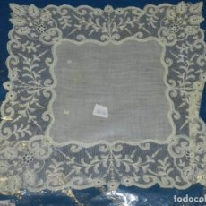 Antigüedades: (M) PAÑUELO ANTIGUO BORDADO 27X27 CM, SEÑALES DE USO NORMALES DE ÉPOCA. Lote 192812750