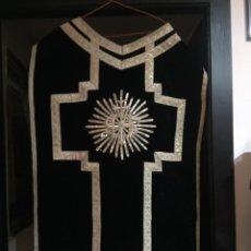 Antigüedades: ANTIGUA CASULLA CON HILO DE PLATA Y SUS ACCESORIOS. Lote 192829318