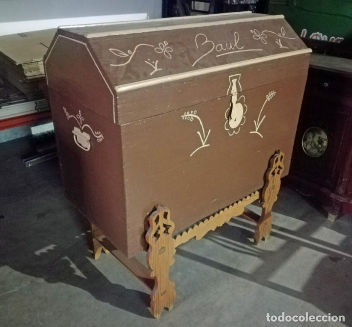 BAÚL ANTIGUO DE MADERA CON SOPORTE. (Antigüedades - Muebles Antiguos - Baúles Antiguos)