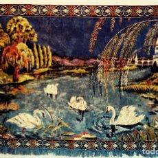 Antigüedades: MAGNÍFICO TAPIZ PAISAJE DE LAGO CON CISNES. KITSCH GRANDES DIMENSIONES. 185 CM X 125 CM. Lote 192854895