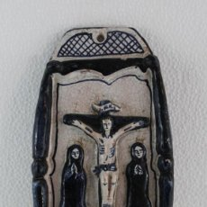 Antigüedades: BENDITERA EN CERÁMICA ESMALTADA CATALANA CRUCIFIXION - SEGUNDA MITAD SIGLO XX. Lote 192873192