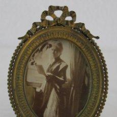 Antigüedades: MARCO PORTAFOTOS EN BRONCE CON COPETE IMPERIO. Lote 192879610