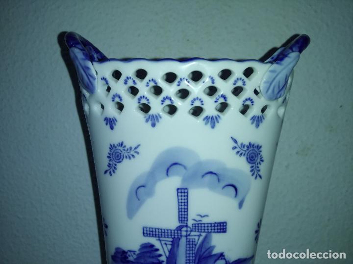 Antigüedades: Precioso jarrón florero porcelana delftware royal twickel hand painted molino porcelana holandesa - Foto 5 - 192898886