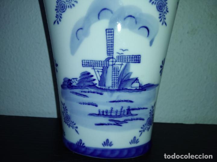 Antigüedades: Precioso jarrón florero porcelana delftware royal twickel hand painted molino porcelana holandesa - Foto 6 - 192898886