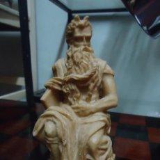 Antigüedades: ANTIGUA FIGURA DE EL MOISÉS. EN RESINA TIPO MARMOLINA.. Lote 192940753