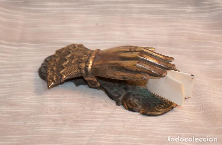 Antigüedades: MANO DE BRONCE PISAPAPELES DE ESCRITORIO - Foto 2 - 192950852