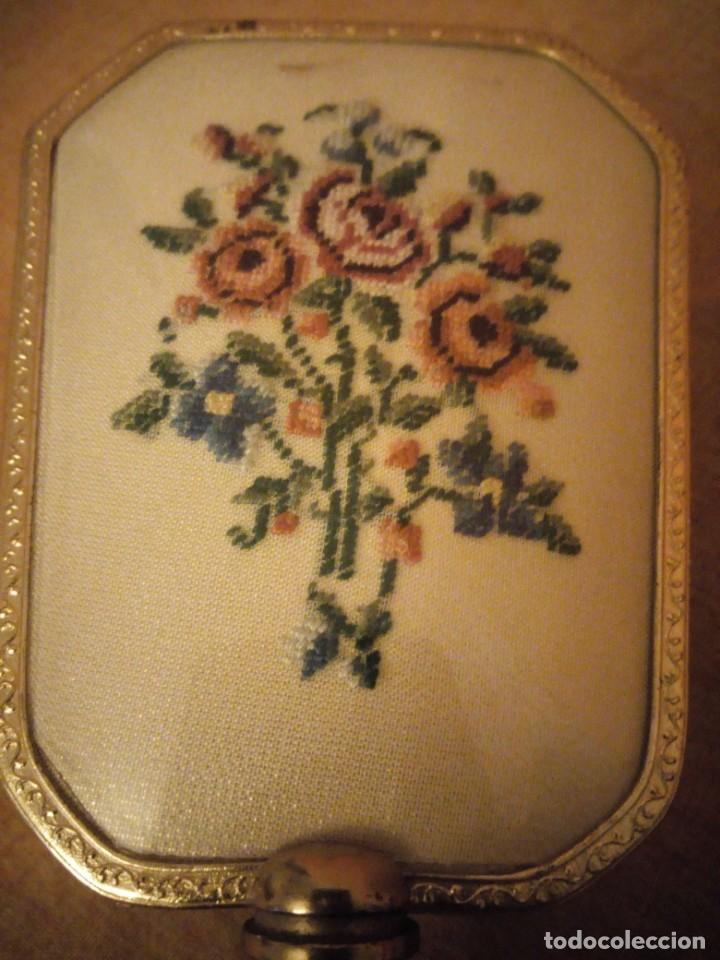 Antigüedades: Antiguo juego de cepillo y espejo de metal dorado y bordado a mano,cepillo hecho de crin de caballo. - Foto 4 - 192952205