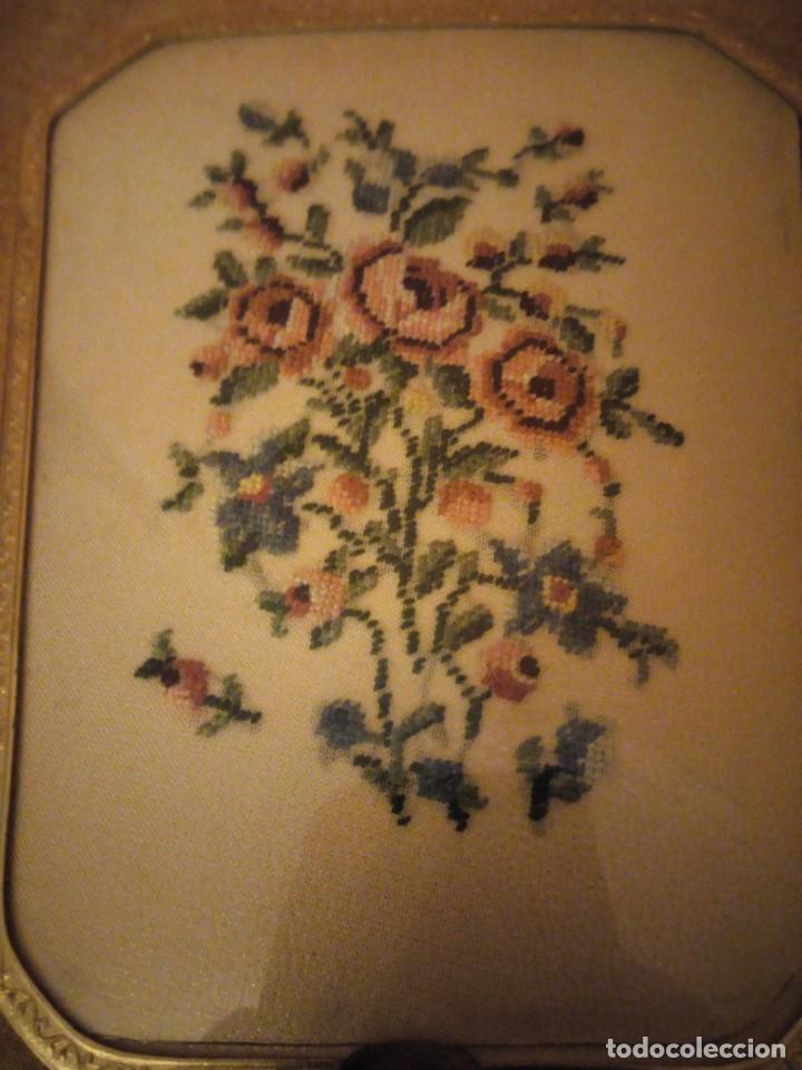 Antigüedades: Antiguo juego de cepillo y espejo de metal dorado y bordado a mano,cepillo hecho de crin de caballo. - Foto 5 - 192952205