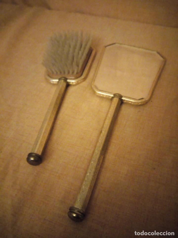 Antigüedades: Antiguo juego de cepillo y espejo de metal dorado y bordado a mano,cepillo hecho de crin de caballo. - Foto 6 - 192952205