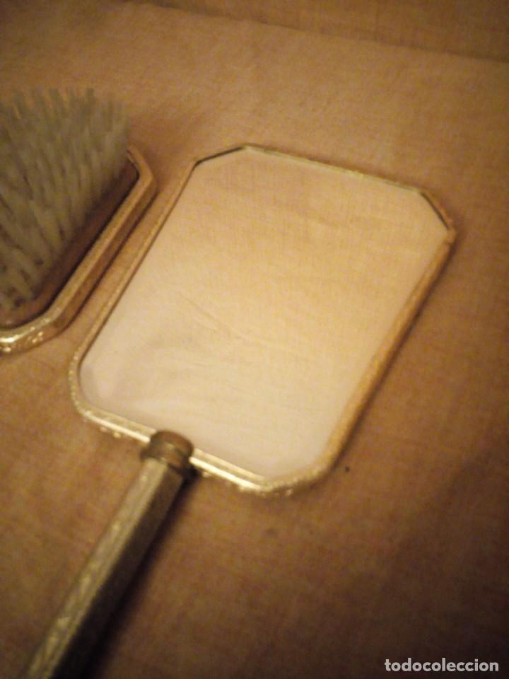 Antigüedades: Antiguo juego de cepillo y espejo de metal dorado y bordado a mano,cepillo hecho de crin de caballo. - Foto 7 - 192952205