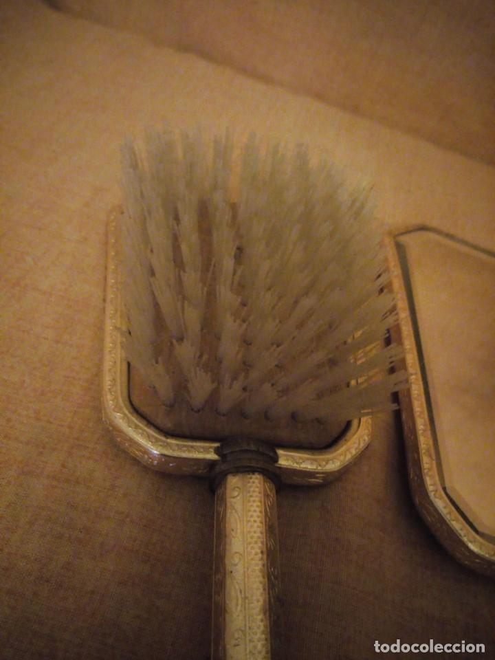 Antigüedades: Antiguo juego de cepillo y espejo de metal dorado y bordado a mano,cepillo hecho de crin de caballo. - Foto 8 - 192952205
