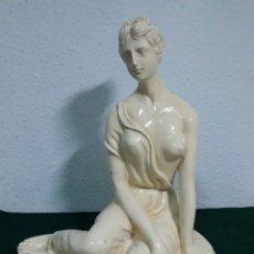Antigüedades: ESCULTURA ESCAYOLA O YESO ANTIGUA MUJER CLASICA GRIEGA. Lote 192963695