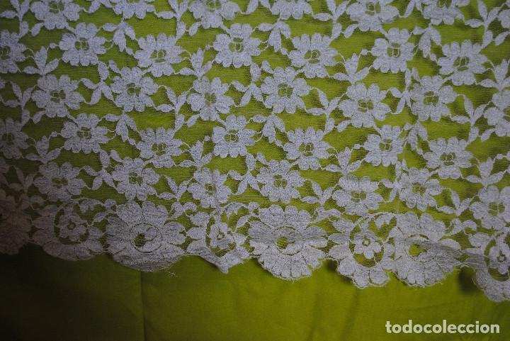 Antigüedades: Mantila blanca motivos florales - Foto 2 - 203904601