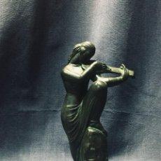 Antigüedades: FIGURA ESTILO ART DECO MUJER TOCANDO VIOLIN PATINA VERDE RESINA SIMIL BRONCE FIRMA IVAN MESTROVIC 24. Lote 193078715