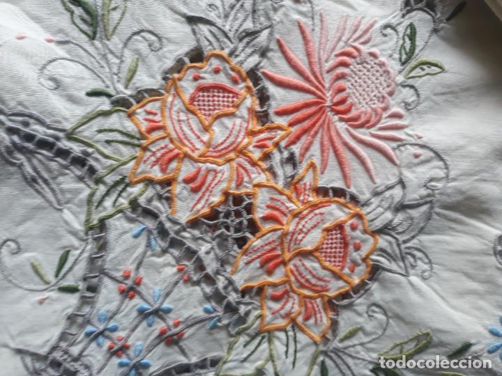 Antigüedades: Manteleria años 80 bordado mano beige claro 160 x 250 cm con 12 serv. - Foto 2 - 193091601
