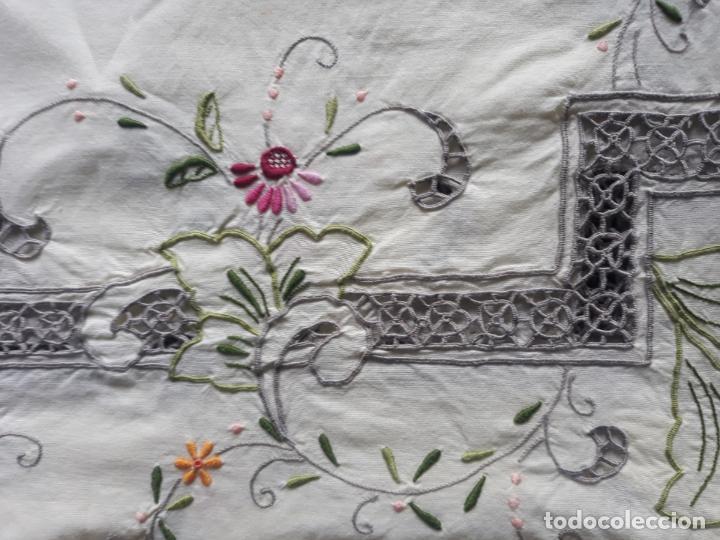 Antigüedades: Manteleria años 80 bordado mano beige claro 160 x 250 cm con 12 serv. - Foto 4 - 193091601