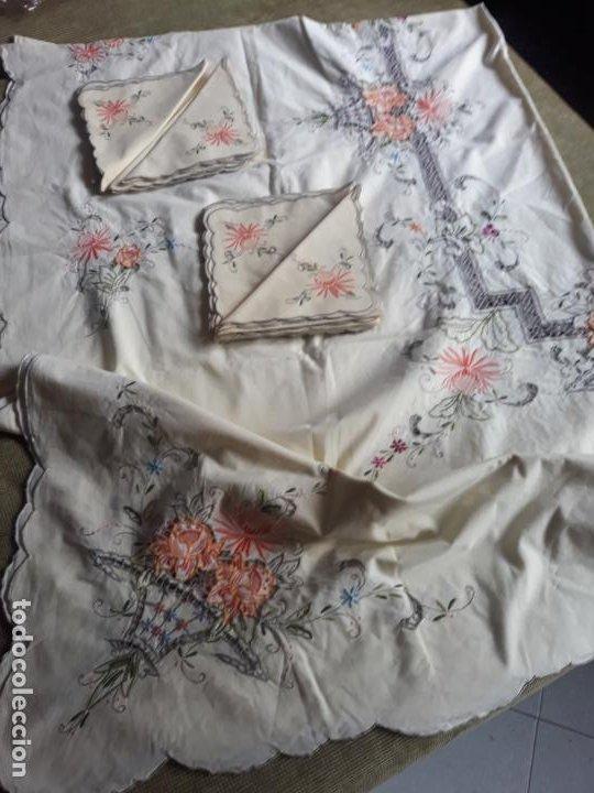 Antigüedades: Manteleria años 80 bordado mano beige claro 160 x 250 cm con 12 serv. - Foto 5 - 193091601