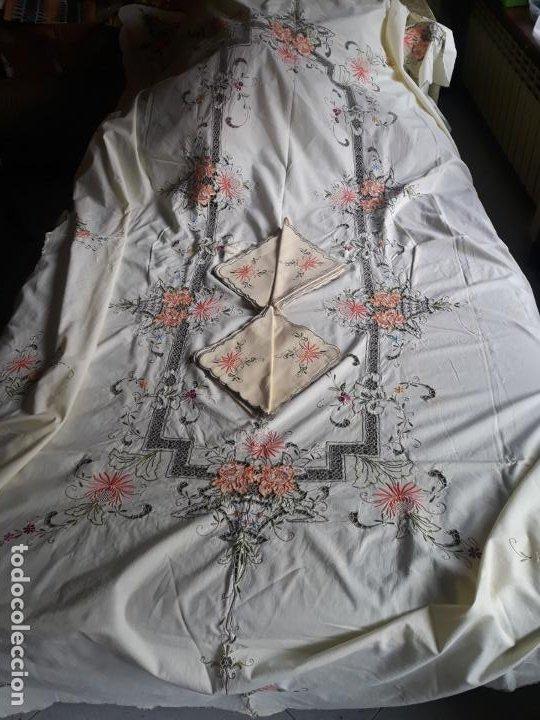 Antigüedades: Manteleria años 80 bordado mano beige claro 160 x 250 cm con 12 serv. - Foto 6 - 193091601