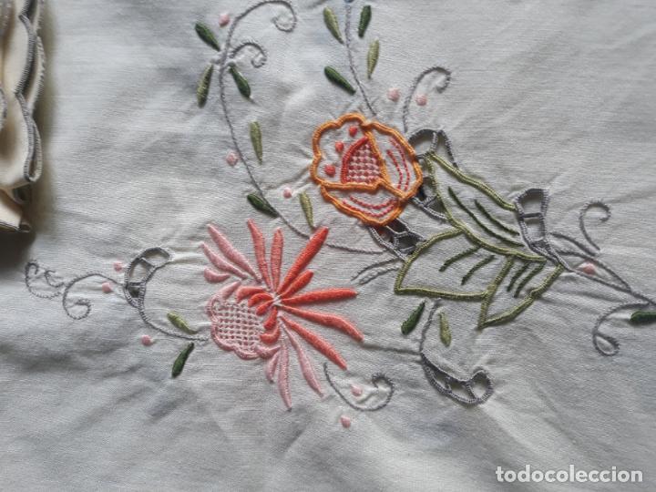 Antigüedades: Manteleria años 80 bordado mano beige claro 160 x 250 cm con 12 serv. - Foto 7 - 193091601