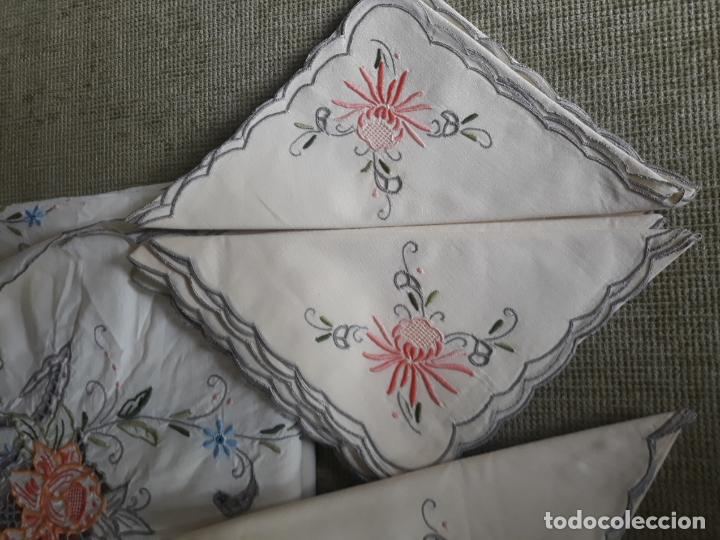 Antigüedades: Manteleria años 80 bordado mano beige claro 160 x 250 cm con 12 serv. - Foto 8 - 193091601