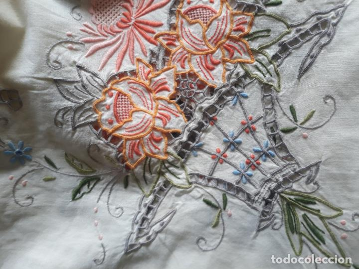 Antigüedades: Manteleria años 80 bordado mano beige claro 160 x 250 cm con 12 serv. - Foto 10 - 193091601