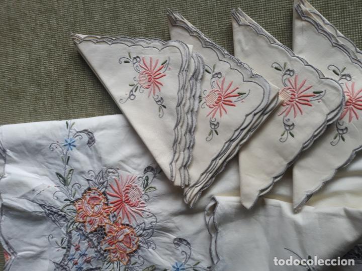 Antigüedades: Manteleria años 80 bordado mano beige claro 160 x 250 cm con 12 serv. - Foto 11 - 193091601