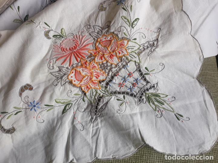 Antigüedades: Manteleria años 80 bordado mano beige claro 160 x 250 cm con 12 serv. - Foto 12 - 193091601