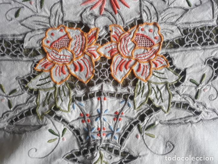 Antigüedades: Manteleria años 80 bordado mano beige claro 160 x 250 cm con 12 serv. - Foto 13 - 193091601