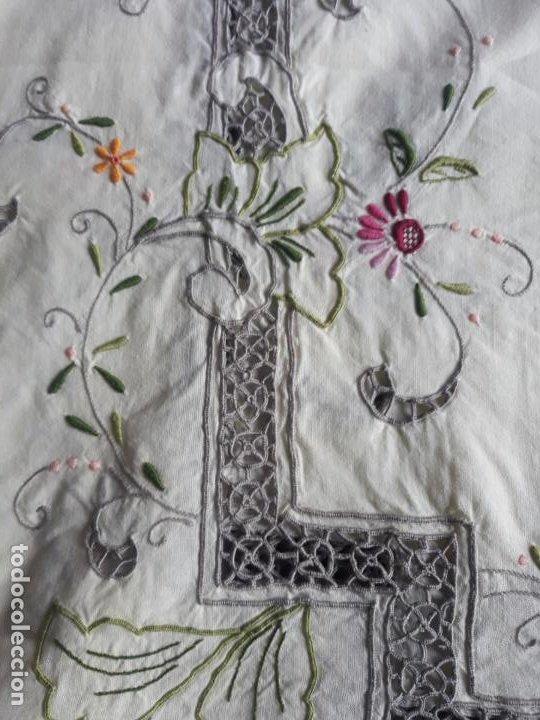 Antigüedades: Manteleria años 80 bordado mano beige claro 160 x 250 cm con 12 serv. - Foto 14 - 193091601