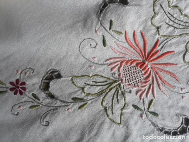 Antigüedades: Manteleria años 80 bordado mano beige claro 160 x 250 cm con 12 serv. - Foto 17 - 193091601