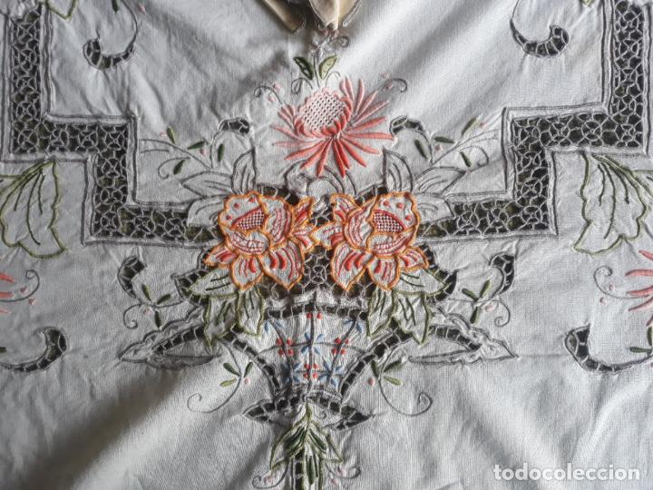 Antigüedades: Manteleria años 80 bordado mano beige claro 160 x 250 cm con 12 serv. - Foto 18 - 193091601