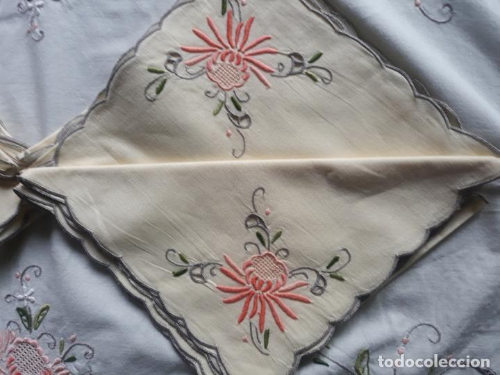 Antigüedades: Manteleria años 80 bordado mano beige claro 160 x 250 cm con 12 serv. - Foto 20 - 193091601