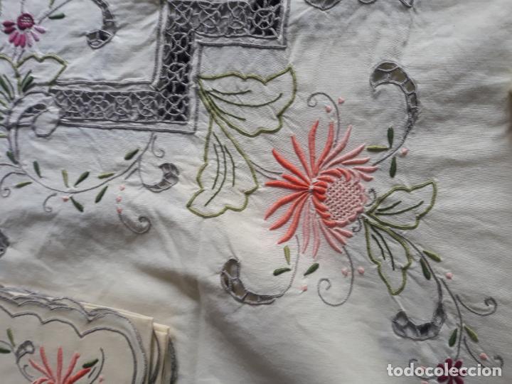Antigüedades: Manteleria años 80 bordado mano beige claro 160 x 250 cm con 12 serv. - Foto 21 - 193091601