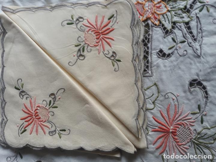 Antigüedades: Manteleria años 80 bordado mano beige claro 160 x 250 cm con 12 serv. - Foto 23 - 193091601