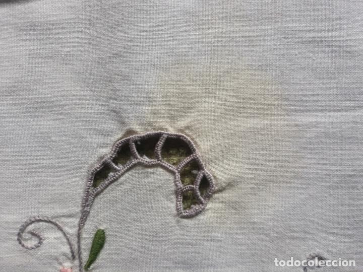 Antigüedades: Manteleria años 80 bordado mano beige claro 160 x 250 cm con 12 serv. - Foto 25 - 193091601