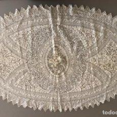Antigüedades: PRECIOSO TAPETE OVALADO EN ENCAJES A MANO DEL SIGLO XIX,100X65CMS!!!. Lote 193167921