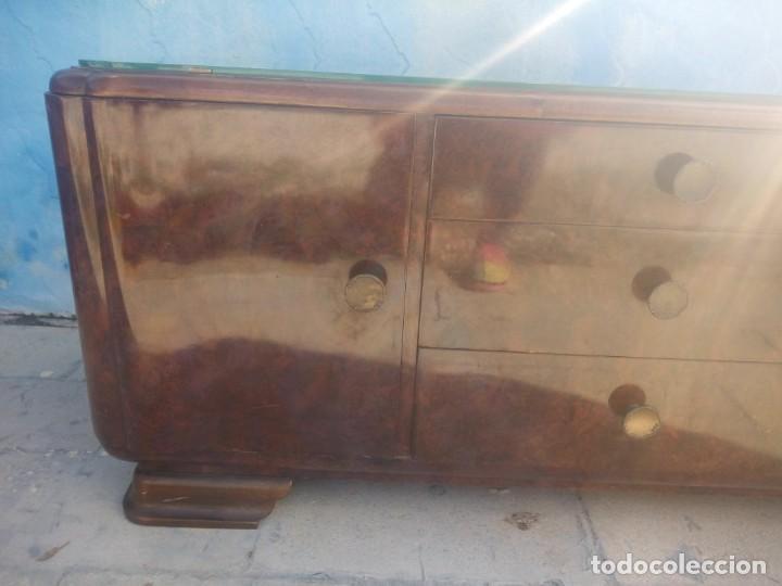 Antigüedades: Antigua comoda de madera con base de cristal,3 cajones y 2 puertas. - Foto 4 - 193180810