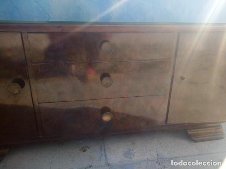 Antigüedades: Antigua comoda de madera con base de cristal,3 cajones y 2 puertas. - Foto 5 - 193180810