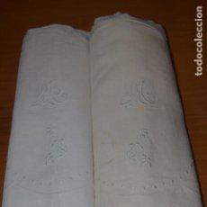 Antigüedades: DOS SABANAS DE HILO BORDADAS A MANO DE 180X240CM . Lote 193193138