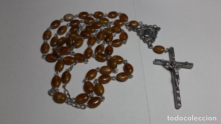 85 - ROSARIO CON LAS CUENTAS EN PEPITAS OVALADAS MARRON. (Antigüedades - Religiosas - Rosarios Antiguos)