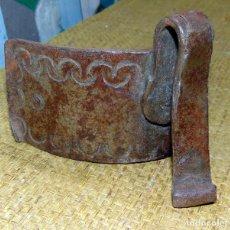 Antigüedades: ANTIGUA ARRIMADERA SESERA, CINCELADA FORJA. Lote 193204047