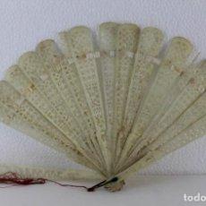 Antigüedades: ABANICO CHINO EN HUESO CALADO Y TALLADO DE PRINCIPIOS DEL SIGLO XX. CON DESPERFECTOS.. Lote 193211412